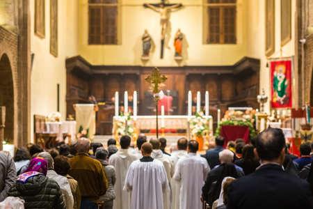Mensen bij de heilige mis in de Italiaanse katholieke kerk