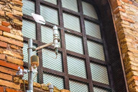 Anemómetro en la pared de una antigua iglesia Foto de archivo