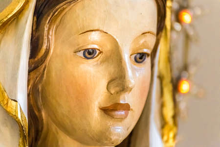 Closeup of statue of the Blessed Virgin Mary 報道画像