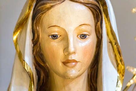Close-up van het standbeeld van de Heilige Maagd Maria Stockfoto