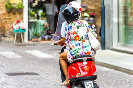 Ravena, Italia - 13 de septiembre de 2018: chicas montando Vespa, scooter italiano en la calle del centro histórico Editorial