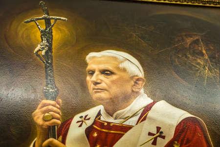 CASTEL GANDOLFO (ROMA), ITALIA - 3 GENNAIO 2019: Le luci illuminano il dipinto di Papa Benedetto XVI nella sala del Palazzo Papale di Castel Gandolfo