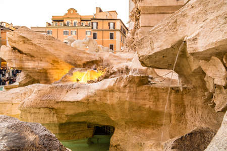 ROME, ITALY - JANUARY 4, 2019: crystal clear waters flowing from sculptures of Trevi Fountain, the most beautiful fountain in Rome 新聞圖片