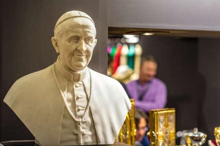 BOLOGNA, ITALIEN - 18. FEBRUAR 2019: Lichter erleuchten die Statue von PAPST FRANCIS am Stand von ART DEMETZ in DEVOTIO Religiöse Produkte und Dienstleistungen