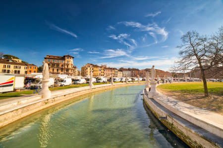 PADOVA, ITALY - FEBRUARY 25, 2019: people visiting weekly market in Prato della Valle 新聞圖片