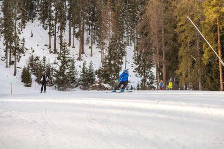 BADIA (BZ), ITALIEN - 9. FEBRUAR 2019: Skifahrer fahren auf schneebedeckter Strecke