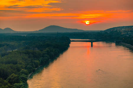 Puesta de sol sobre el río Danubio en Bratislava, capital de Eslovaquia Foto de archivo