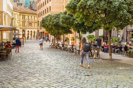 BRATISLAVA, Eslovaquia - 27 de agosto de 2019: los turistas que visitan Bratislava, capital de Eslovaquia Editorial