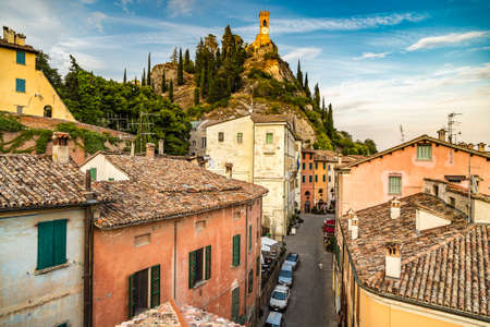 BRISIGHELLA (RA), ITALY - AUGUST 13, 2019: sunset light is enlightening the streets of the historical center of Brisighella, medieval village in Emilia Romagna Redactioneel