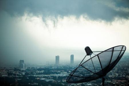 satelite: Comunicaci�n Antena parab�lica con el fondo de tormenta Foto de archivo