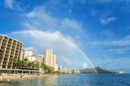 Regenboog over Waikiki Beach en hotels met Diamond Head berg Stockfoto