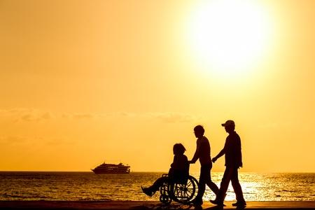 paraplegico: discapacitado en silla de ruedas Silhouettes