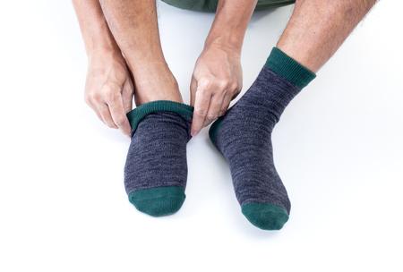 Homme mettant des chaussettes