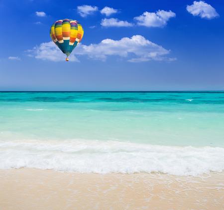 cielo y mar: Globo de aire caliente colorida sobre la playa Foto de archivo
