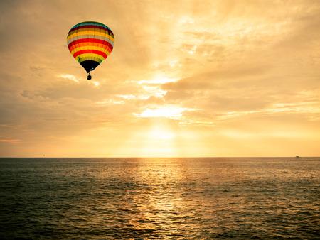 바다 일몰 뜨거운 공기 풍선 스톡 콘텐츠