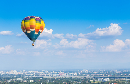 Hete luchtballon met blauwe hemel achtergrond