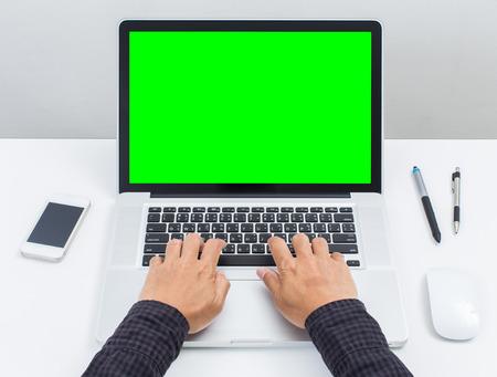 Man handen te typen op het groene scherm laptop computer Stockfoto - 41409936