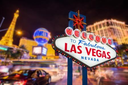 acogida: Bienvenido a la fabulosa Las Vegas Nevada signo con la tira de fondo borroso carretera Foto de archivo