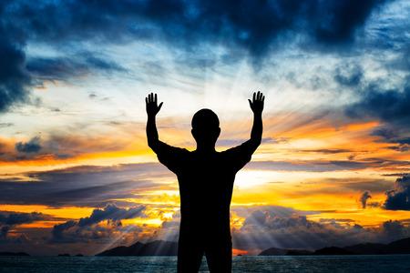 Silhouette Mann seine Hände zeigen, Standard-Bild - 44138268