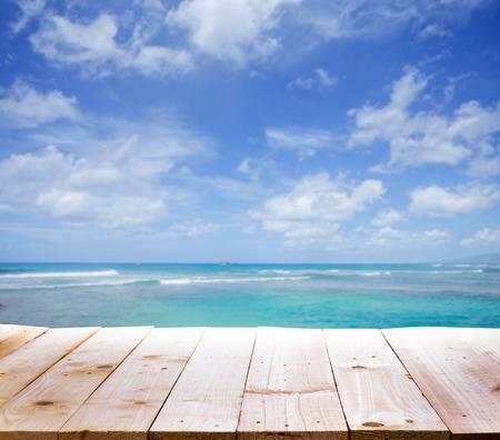 Houten tafel met zee achtergrond