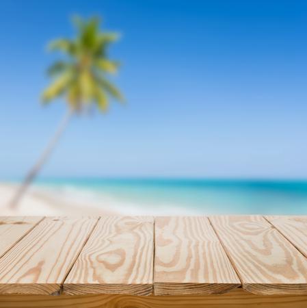 noix de coco: Table en bois et bleu, mer, fond