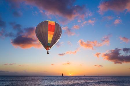 ballon: Hot air balloon over sunset sea