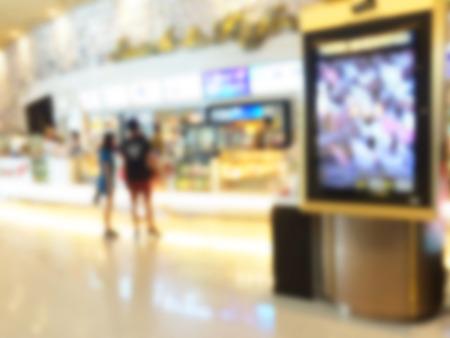 Imagen borrosa de publicidad de la tarjeta con el fondo del centro comercial