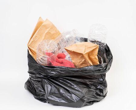 Worek na śmieci z recyklingiem śmieci na białym tle