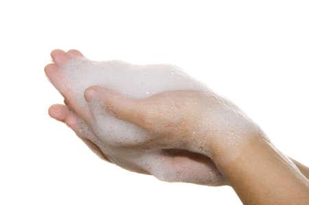 schiuma di sapone: le mani su uno sfondo bianco coperto con schiuma