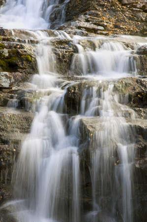 the cascade: Cae entre las monta�as del Norte en septiembre  Foto de archivo