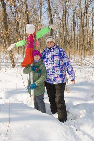 muñecas rusas: Madre e hija con un espantapájaros para el carnaval Foto de archivo