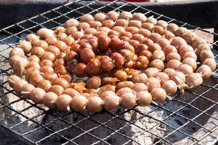 gridiron: Tailandesa de salchicha de cerdo fermentada a la parrilla en parrilla