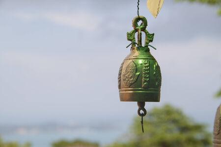 bell bronze bell: Campana de bronce colgada en el templo