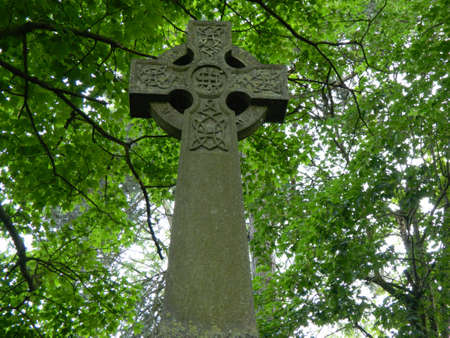 towering: m�s imponente cruz con los �rboles de arriba Foto de archivo