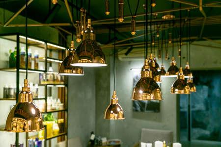 Moderne und industrielle Lampen im Inneren eines Schönheitssalons oder Restaurants. Design-Interieur im Loft-Stil.