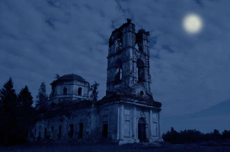 Les ruines d'une grande église dans la nuit