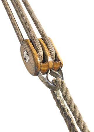 polea: Polea de madera con cuerdas aislado en blanco
