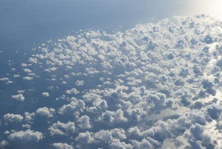 Fondo de nubes azul y plateado, vista desde el avión Foto de archivo - 9300408