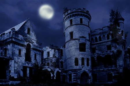 castillo medieval: Mansión abandonada en estilo gótico, Muromtzevo, centro de Rusia