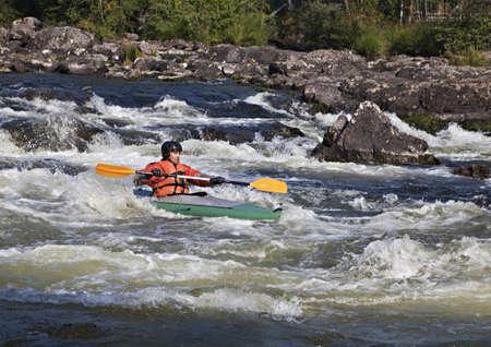 ロシアで Umba 川の急流でのカヤッカー