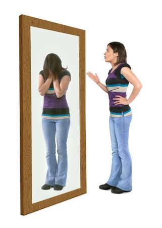Donna che si rimprovera in uno specchio Archivio Fotografico - 90707109