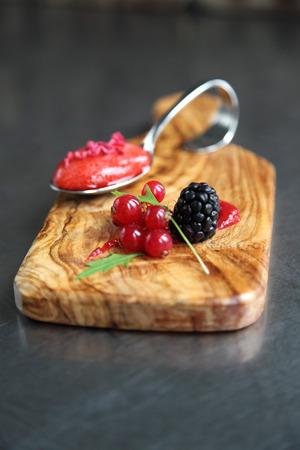 freeze dried: Una cuchara de sopa de fresas con bayas