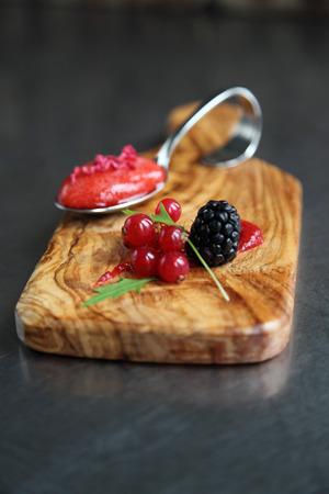 freeze dried: Una cuchara de sopa de fresa con frutos Foto de archivo