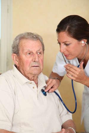 enfermedades del corazon: Persona de edad avanzada con la enfermera  Foto de archivo