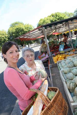 aide � la personne: Jeune femme aider une femme �g�e avec �picerie Banque d'images