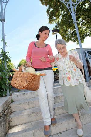 haushaltshilfe: Home Carer mit �lteren Menschen in der Stadt Lizenzfreie Bilder