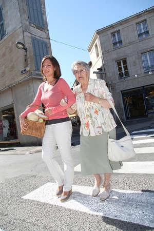 aide � la personne: Accueil soignant avec une personne �g�e en ville Banque d'images