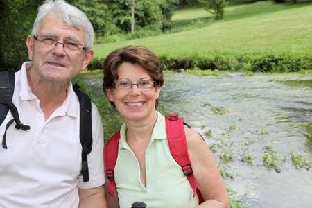 두서없는: Closeup of happy senior couple on a rambling day