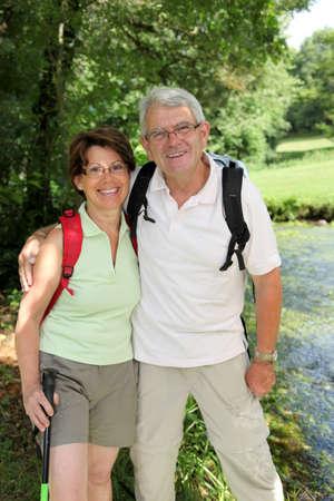 streifzug: Senior Couple Wandern von einem Fluss