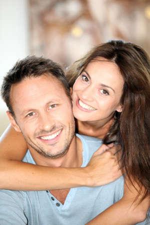 uomo felice: Closeup della coppia felice a casa